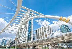 BANGKOK - November 12: Sikten av höga byggnader och offentlig himmel går för Royaltyfri Bild
