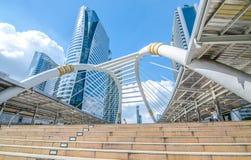 BANGKOK - November 12: Sikten av höga byggnader och offentlig himmel går för Arkivbild