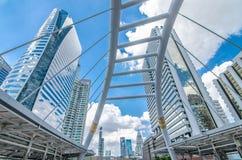 BANGKOK - November 12: Sikten av höga byggnader och offentlig himmel går för Royaltyfri Foto