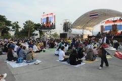 BANGKOK - 27 NOVEMBRE : Anti protestataires non identifiés de gouvernement Photo stock