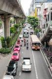Bangkok, octubre de 2015 - tráfico congestionado en Thanon Sukhumvit fotos de archivo