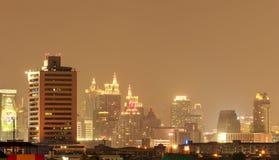 BANGKOK - OKTOBER 12: Byggnaden och skyskraporna i skymning t Arkivbilder