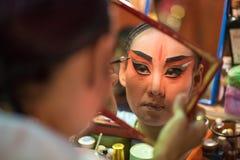 BANGKOK - OKTOBER 16: En kinesisk maskering för operaaktrismålning på H Arkivbild