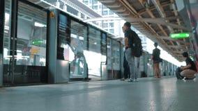Bangkok - 22. Oktober 2017: Metrozug kommen, die Leute an, die in laden U-Bahn und Passagiere Timelapse in Bangkok BTS stock video footage