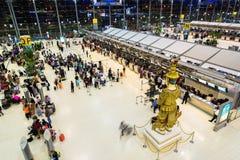 BANGKOK - OKTOBER 16 passagerare ankommer på incheckningsdiskar på den Suvarnabhumi flygplatsen på Oktober 16, 2013 i Bangkok, Th Royaltyfri Fotografi