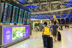 BANGKOK - OKTOBER 16 passagerare ankommer på incheckningsdiskar på den Suvarnabhumi flygplatsen på Oktober 16, 2013 i Bangkok, Th Royaltyfria Bilder