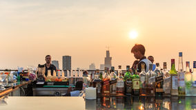 Bangkok på solnedgången som beskådas från en taköverkantstång Arkivbild