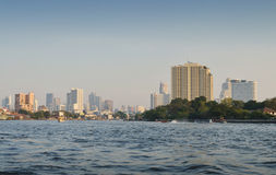 Bangkok pejzażu miejskiego budynku rzeki Nowożytna strona fotografia royalty free