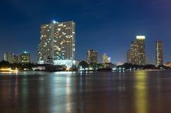 Bangkok pejzażu miejskiego budynku rzeki Nowożytna strona na mrocznym czasie, Th Zdjęcie Stock