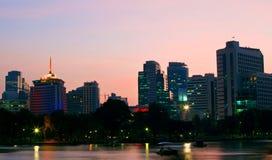 Bangkok in schemeringscène Stock Foto's