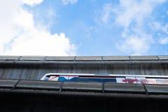 BANGKOK - Sierpień 30: BTS Skytrain na podwyższonych poręczach w Bangkok, Obrazy Royalty Free