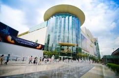 BANGKOK, Sierpień - 03: Kupujący odwiedzają Siam Paragon centrum handlowe w Siam S Obrazy Royalty Free