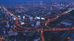 Bangkok-Skyline am Abend lizenzfreie stockbilder