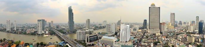 Bangkok-Skyline mit dem Chao Phraya Stockfotos