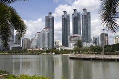 Bangkok-Skyline vom Benjakiti Park stockfotos