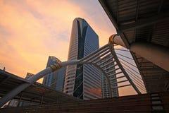 Bangkok skywalk med skymninghimmel Royaltyfri Fotografi