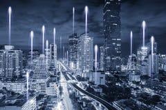 Bangkok Smart City e rete di Big Data di telecomunicazione, paesaggio del centro finanziario urbano di affari e di paesaggio urba fotografie stock