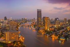 Bangkok stad på nattetid Arkivbild