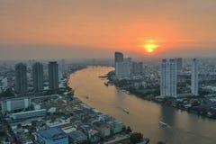 Bangkok stad p? solnedg?ngen Bangkok stad på solnedgångtid, hotellet och invånareområde i huvudstaden av Thailand Stadsscapes i b arkivbild