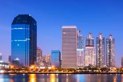 Bangkok stad som är i stadens centrum på natten med reflexion av horisont royaltyfri foto