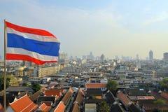 Bangkok stad vid dagsikt med den thailändska flaggan Arkivbilder