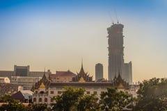 Bangkok staden av kontraster Ställning för forntida tempel med ny hög-löneförhöjning andelshuskonstruktion arkivfoto