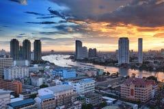 Bangkok stadshorisont med den Chao Phraya floden, Thailand Royaltyfri Foto