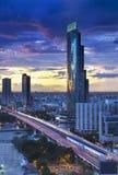 Bangkok stadshorisont med den Chao Phraya floden, Thailand Royaltyfria Bilder