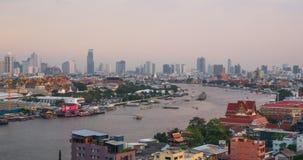 Bangkok stadshorisont och Chao Phraya River från dag till natten lager videofilmer