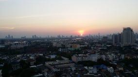 Bangkok stadssikt på solnedgången Royaltyfri Fotografi