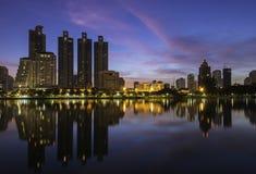 Bangkok-Stadt im Stadtzentrum gelegen bei Sonnenaufgang mit Reflexion von Skylinen lizenzfreie stockbilder