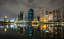 Bangkok-Stadt im Stadtzentrum gelegen nachts mit Reflexion von Skylinen, Bangk Stockfotos