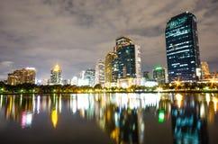 Bangkok-Stadt im Stadtzentrum gelegen nachts mit Reflexion von Skylinen, Bangk stockbilder