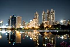 Bangkok-Stadt im Stadtzentrum gelegen nachts mit Reflexion von Skylinen, Bangk Lizenzfreies Stockfoto