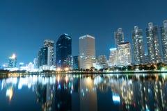 Bangkok-Stadt im Stadtzentrum gelegen nachts mit Reflexion von Skylinen, Bangk Lizenzfreies Stockbild