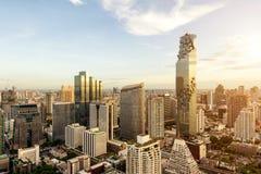 Bangkok-Stadt mit Wolkenkratzer und städtische Skyline bei Sonnenuntergang Lizenzfreie Stockfotos