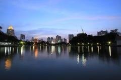 Bangkok-Stadt zur twilight Zeit lizenzfreies stockfoto