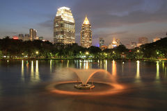 Bangkok-Stadt zur twilight Zeit lizenzfreie stockfotos