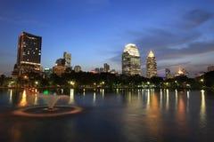 Bangkok-Stadt zur twilight Zeit lizenzfreies stockbild