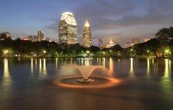 Bangkok-Stadt zur twilight Zeit stockfotos