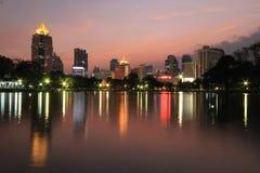Bangkok-Stadt zur twilight Zeit lizenzfreie stockfotografie