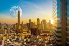 Bangkok-Stadtbild auf der Dämmerung, die hintergrundbeleuchteten Sonnenuntergang mit der SU glättet Lizenzfreie Stockfotografie