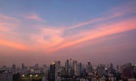 Stadtbild in der Dämmerung Lizenzfreie Stockfotos