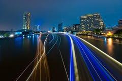 Bangkok-Stadtbild mit Fluss nachts Stockbilder