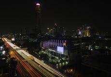 Bangkok-Stadtbild nachts mit Landstraßenverkehr stockfotografie