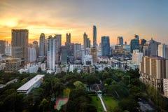 Bangkok-Stadtskylinestadtzentrum in der Dämmerung Stockfotografie