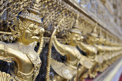 Bangkok storslagen slott - guld- Garuda garnering Fotografering för Bildbyråer