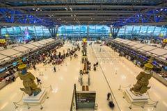BANGKOK, STYCZNIA 8 pasażery sprawdza lota rozkład na lotnisko mapach przy Suvarnabhumi lotniskiem na 8 Styczniu -, 2015 w uderze Obrazy Stock