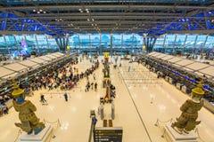 BANGKOK, STYCZNIA 8 pasażery sprawdza lota rozkład na lotnisko mapach przy Suvarnabhumi lotniskiem na 8 Styczniu -, 2015 w uderze Obrazy Royalty Free