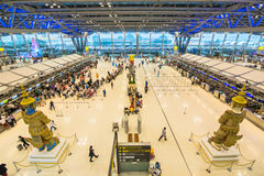 BANGKOK, STYCZNIA 8 pasażery sprawdza lota rozkład na lotnisko mapach przy Suvarnabhumi lotniskiem na 8 Styczniu -, 2015 w uderze Zdjęcie Royalty Free